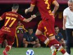 pelatih-as-roma-asal-portugal-jose-mourinho-kanan-memberikan-instruksi.jpg