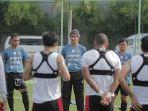 pelatih-bali-united-stefano-cugurra-teco-memberikan-instruksi-kepada-pemain-bali-united.jpg