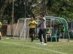 pelatih-bali-united-u-18-made-pasek-wijaya-memberikan-instruksi.jpg