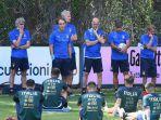 pelatih-roberto-mancini-memberikan-motivasi-kepada-skuat-timnas-italia.jpg
