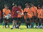 pelatih-timnas-u-19-indonesia-shin-tae-yong-memberikan-instruksi-kepada-para-pemainnya.jpg
