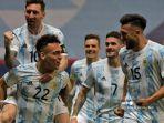 pemain-argentina-lautaro-martinez-kiri-bawah-merayakan-dengan-pemain-argentina-lionel-messi.jpg