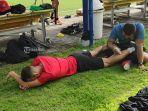 pemain-bali-united-ilija-spaso-saat-menjalani-terapi-kaki-kiri.jpg