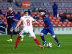 pemain-barcelona-lionel-messi-ditempel-ketat-pemain-sevilla-dalam-duel-leg-kedua-semifinal.jpg