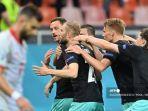 pemain-depan-austria-marko-arnautovic-kiri-merayakan-mencetak-gol-ketiga.jpg