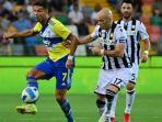 pemain-depan-juventus-portugal-cristiano-ronaldo-kiri-berebut-bola-dengan-bek-udinese.jpg