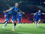 pemain-everton-dominic-calvert-bobol-gawang-manchester-united.jpg