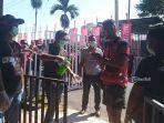 pemain-madura-united-memakai-hand-sanitizer-sebelum-memasuki-arena-stadion-dipta.jpg