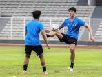 pemain-naturalisasi-elkan-baggott-bersama-para-pemain-tim-nasional-u-19-indonesia.jpg