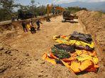 pemakaman-massal-korban-tsunami_20181003_081757.jpg
