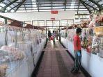pemasangan-plastik-pembatas-di-pasar-rakyat-di-kota-denpasar.jpg