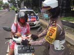 pemasangan-stiker-ayo-pakai-masker-di-kawasan-desa-pergung-kecamatan-mendoyo.jpg