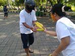 pembagian-buah-pisang-gratis-di-jalan-ir-h-juanda-kawasan-renon-denpasar-bali.jpg
