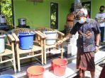 pembuatan-hand-sanitizer-herbal-di-desa-akah.jpg
