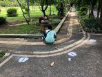 pembuatan-pembatas-social-distancing-di-taman-kota-lumintang.jpg
