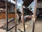 pemilik-bayang-cafe-tengah-melihat-lihat-kerusakan-akibat-banjir-rob-kemarin.jpg