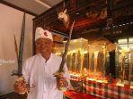 pendiri-museum-seni-neka-pande-wayan-suteja-neka-menunjukkan-koleksi-300-buah-keris.jpg