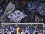 pendukung-fc-porto-mengibarkan-bendera-dan-bersorak-selama-pertandingan-sepak-bola-di-ucl.jpg