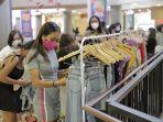 pengunjung-berebut-diskon-dalam-kegiatan-super-sale-up-to-80-persen-di-level-21-mall.jpg