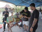 pengunjung-melihat-produk-arak-dalam-kegiatan-aero-fest-native-balinese-spirit-ke-6.jpg
