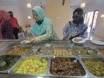 pengunjung-memilih-makanan-all-you-can-eat-di-warung-lamis-sanur-rabu-28102020.jpg