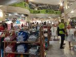 pengunjung-sedang-berbelanja-di-the-keranjang-sabtu-862019.jpg