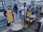 pengurus-masjid-membuat-bubur-serangkaian-kegiatan-festival-ramadhan-di-masjid-baitul-makmur.jpg