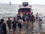 penumpang-antre-menaiki-kapal-di-dermaga-penyeberangan-sanur-nusa-penida.jpg