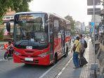 penumpang-saat-akan-menaiki-teman-bus-di-depan-pasar-badung-denpasar.jpg