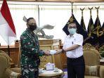 penyerahan-bantuan-oleh-direktur-utama-airnav-indonesia-m-pramintohadi-sukarno-kepada-ksau.jpg