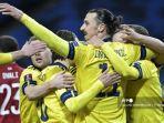 penyerang-swedia-zlatan-ibrahimovic-tengah-dan-rekan-satu-timnya.jpg