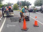 perbaikan-jalan-berlubang-di-simpang-jl-buluh-indah-gatsu-barat-denpasar-bali-jumat-1072020.jpg