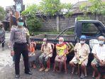 personel-kepolisian-menjemput-lansia-di-desa-manduang.jpg