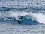 peselancar-lokal-mempersiapkan-diri-untuk-helatan-lembongan-surf-competition-2019.jpg