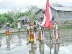 petani-dan-tim-kesenian-ikawangi-dewata-menggelar-upacara-bendera-di-sawah.jpg