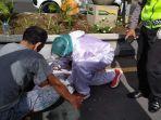 petugas-ambulans-pmi-denpasar-menangani-korban-dugaan-tabrak-lari.jpg