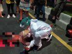 petugas-ambulans-pmi-denpasar-menangani-korban-laka-lantas-di-jalan-imam-bonjol-denpasar.jpg