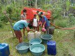 petugas-bpbd-bersinergi-dengan-act-mendistribusikan-air-bersih-ke-desa-nawakerti-kec.jpg