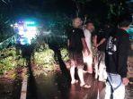 petugas-bpbd-kabupaten-karangasem-mengevakuasi-mataerial-longsor.jpg