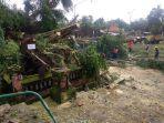 petugas-bpbd-karangasem-evakuasi-pohon-tumbang.jpg