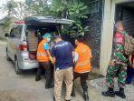 petugas-bpbd-kota-denpasar-saat-mengevakuasi-jenazah.jpg