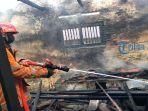 petugas-damkar-dibantu-warga-sekitar-memadamkan-kobaran-api-yang-melahap-bangunan.jpg