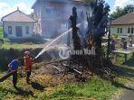 petugas-damkar-ketika-melakukan-proses-pemadaman-api-yang-membakar-pohon-beringin-sakral.jpg