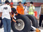petugas-dari-komisi-nasional-keselamatan-transportasi-knkt-memeriksa-roda-pesawat_20181104_171910.jpg