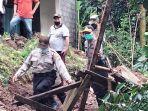 petugas-dibantu-warga-melakukan-evakuasi-korban-longsor-di-banjar-saren-kelod-desa-nongan.jpg