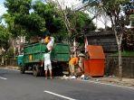 petugas-dlh-bangli-saat-mengangkut-sampah-di-wilayah-kota-bangli-belum-lama-ini.jpg