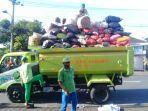petugas-dlhk-badung-saat-melakukan-pengangkutan-sampah-di-wilayah-jimbaran.jpg