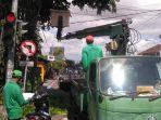 petugas-dlhk-kota-denpasar-melaksanakan-perompesan-pohon-di-jalan-kenyeri-denpasar.jpg