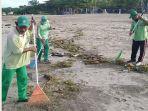 petugas-dlhk-saat-membersihkan-sampah-pantai-di-wilayah-kuta-dan-kuta-utara.jpg