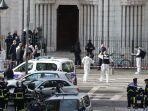 petugas-forensik-perancis-dan-pemadam-kebakaran-tiba-di-lokasi-penusukan-di-gereja-nice-perancis.jpg